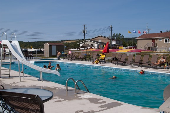 Large heated pool / Grande piscine chauffée