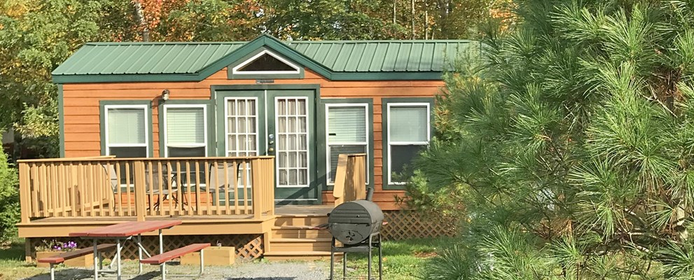 Spacious deluxe cabin with deck and large site area