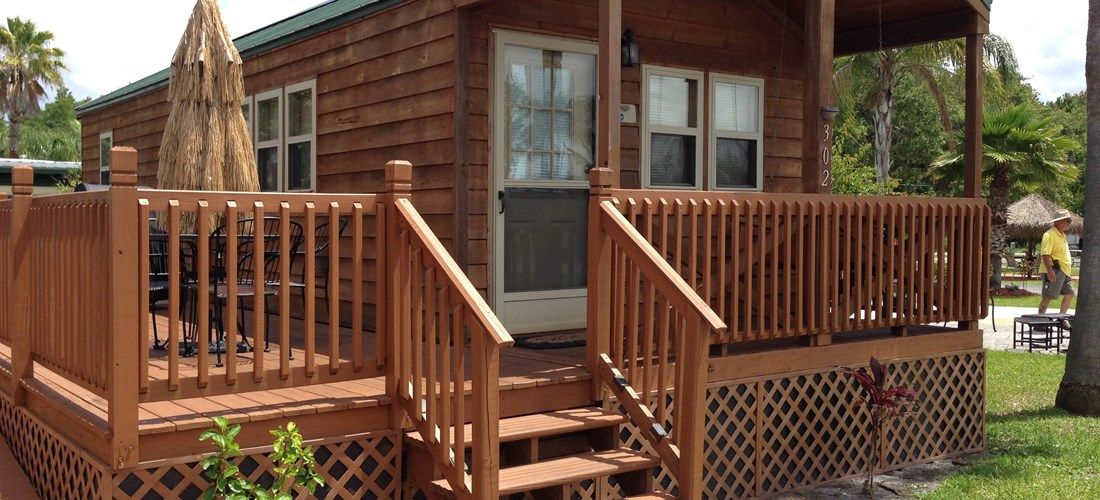 Deluxe Cabin w/Full Bath and Porch Swing