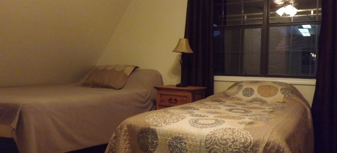 Large bedroom with 2 queen beds, twin bed, and TV/DVD player