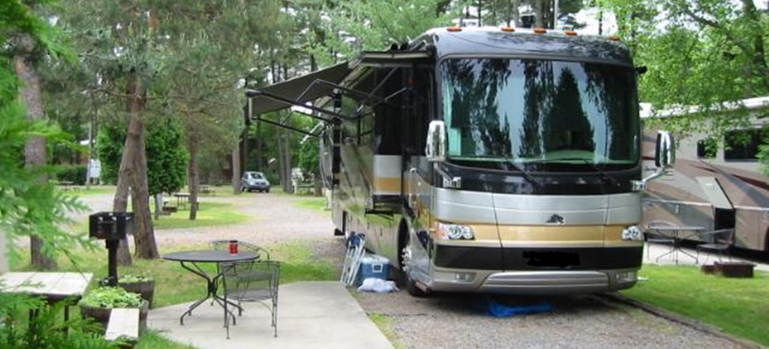 Deluxe Fullhook up RV site, 30A, pull thru with small patio